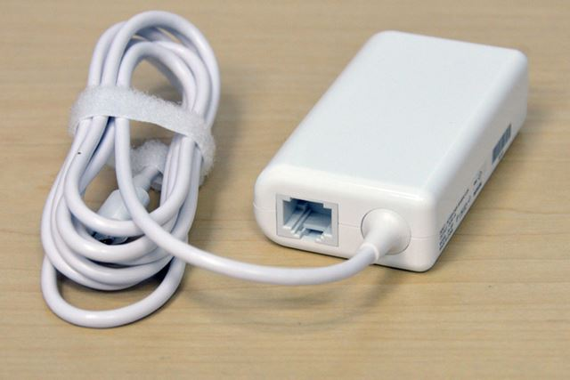 ACアダプター。有線LANポートを標準で搭載する
