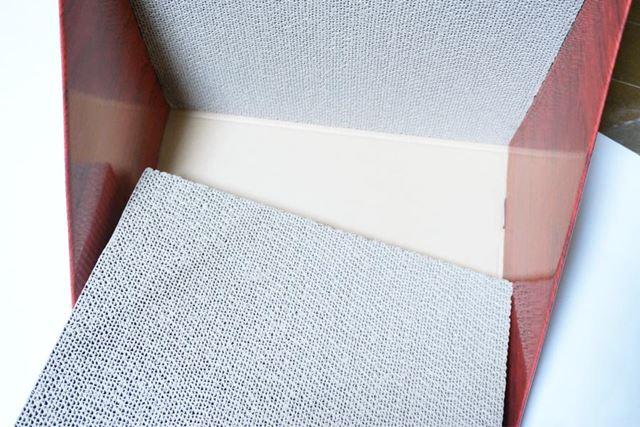 組み上がった外箱に床部分のツメ研ぎをハメ込みます