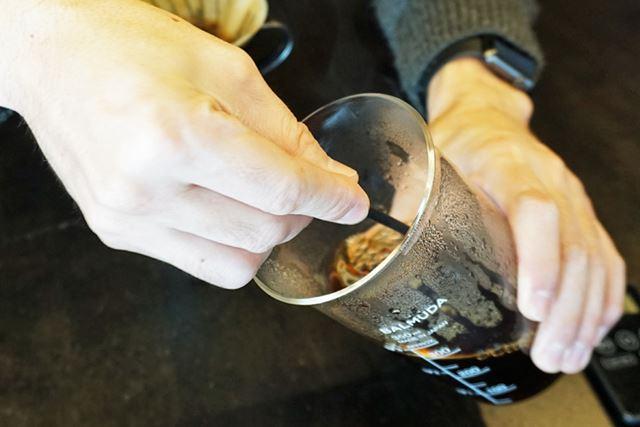 ちなみに、抽出したコーヒーは底と上部で濃度にムラがあるので、縦向きに混ぜてからカップに注ぐといいそう