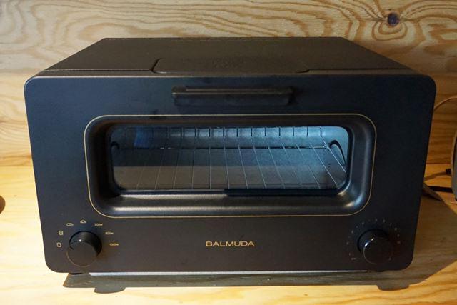 庫内の上下に1本ずつのヒーターを搭載した、一見普通のオーブントースターと同じように見えますが……
