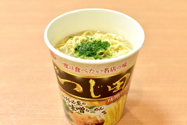最後に青のりをかければ、味噌の章のコラボカップ麺のできあがりです!