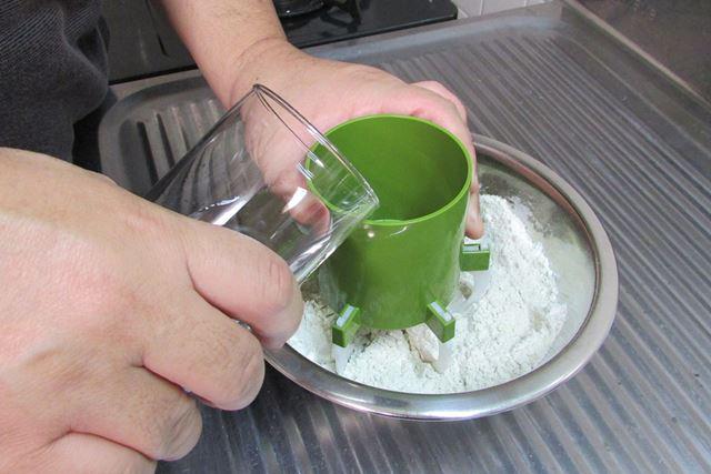 水回し器に水を入れ、すぐに粉をかき回していく