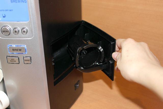 使わないほうの抽出用カップは本体の脇にしまっておけます。これも上位モデルだけの便利仕様