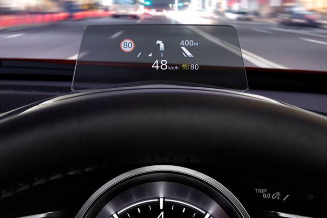 カメラが読み取った道路標識を、ヘッドアップディスプレイに表示する機能も追加された