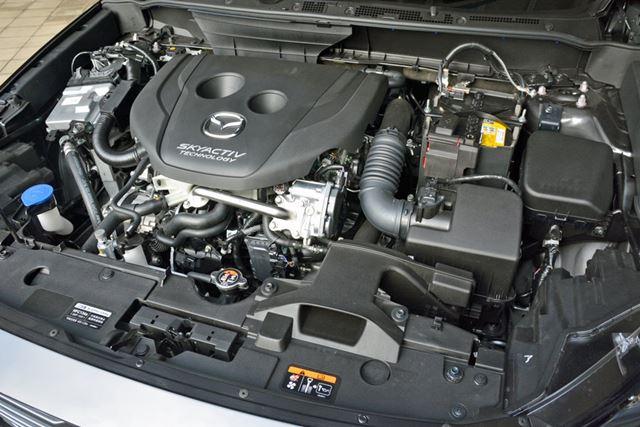 ディーゼルならではの太い低速トルクはそのまま。振動や騒音を抑えつつグイグイ加速させる