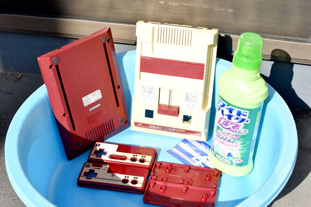Disassemble the Famicom and immerse the plastic case in wide highter EX power
