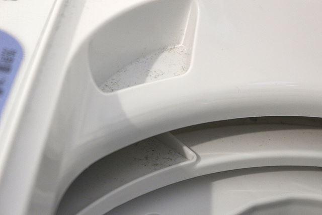 凹凸部分や洗濯槽のフチに汚れがごっそり。この汚れ、洗濯物に付着する可能性があるそうです