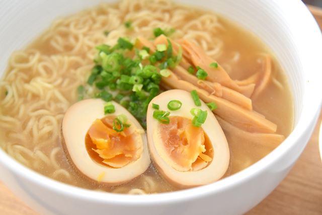 ダシの効いたスープと縮れ麺が特徴。今回はゆで卵とメンマ、ネギをトッピングしました