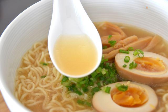 「みかん味なのか?」と、不安になりながらスープを飲んでみると……