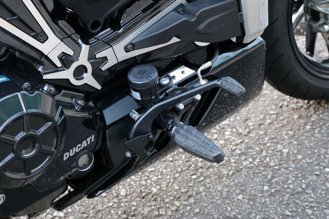 リアブレーキもブレンボ製。マスターシリンダーはステップ部分に配置されている