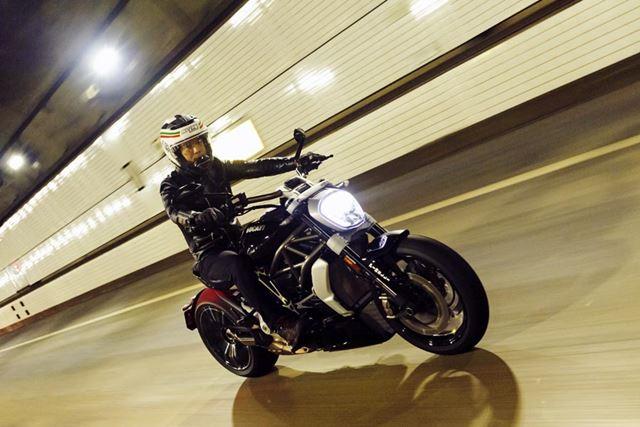 ロングホイールベースの車体は高速道路に入っても安定しており、ゆったりとした気分で走れる