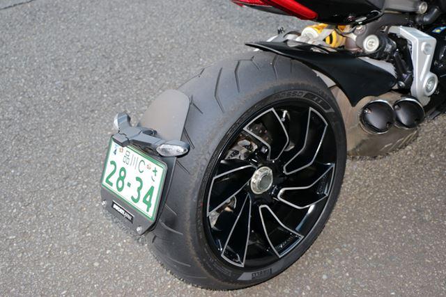 太いタイヤもバンク角の深さにひと役買っている
