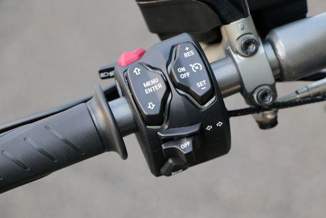 走行モードの切り替えは左手側のスイッチで行う。スイッチひとつでここまで特性を変更できるのは面白い