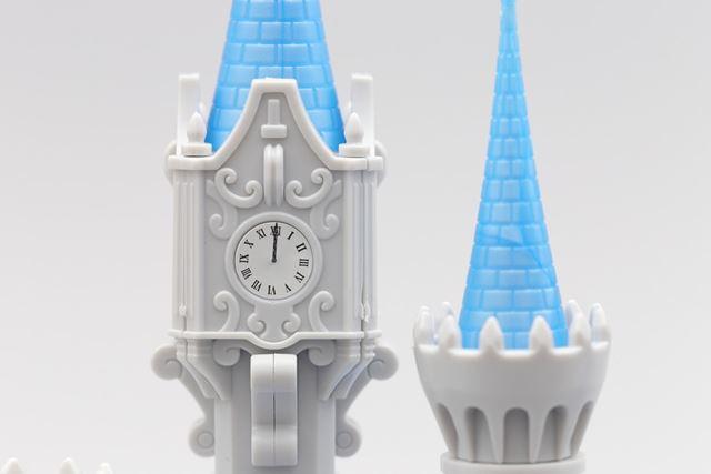 12時を指すお城の時計塔。時計の周りに施された模様も素敵ですね