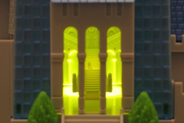 ライトアップしたお城をのぞいてみましょう。階段のシンデレラの靴も見ることができます