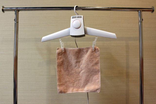 フック付きの洗濯ばさみも同梱されていて、タオルや靴下などを乾かせるのも便利