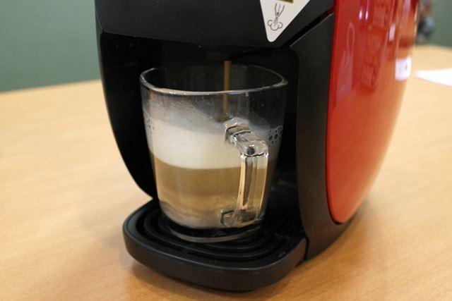 牛乳を温めた後、コーヒーの抽出が始まる。ミルクとコーヒーの層が美しい!