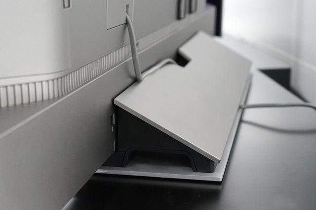 背面のスタンド部。2段構造で本体を保持する