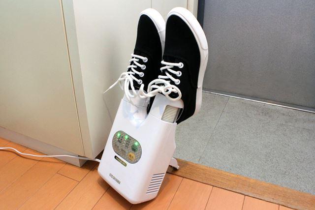 こうやって本体を立てかけて使うことも。小さい靴だったらこのほうが安定しますね