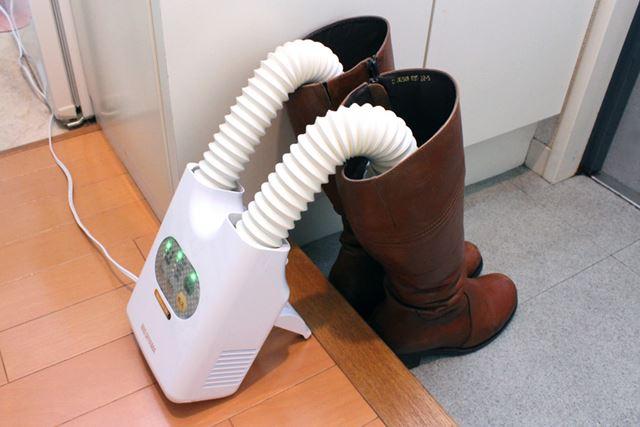 さらに本体を立てかけた上でノズルを伸ばせば、ブーツなど丈の長い靴を乾かしたいときに便利
