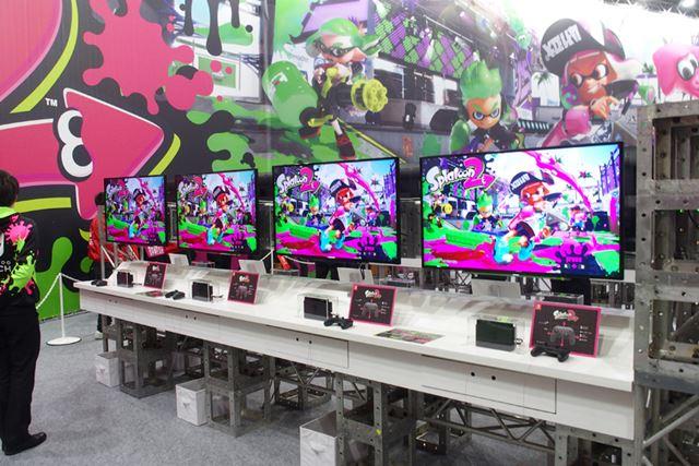 スプラトゥーン2の体験ブースの様子。Nintendo Switchを8台接続し、4対4のタッグマッチを体験できる