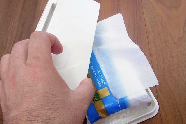 """""""箱なし袋入りティッシュ""""を置いて、本体を重ねます"""
