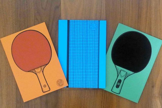 卓球のラケットがデザインされたノートが2冊と、ネットがデザインされたノート1冊がセットになっています