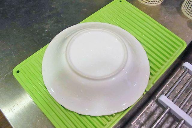 れまで使っていた水切りマットではお皿をのせると、ほかのものがあまり置けなかったのですが…