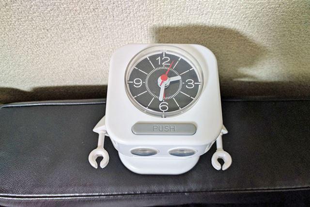頭の上にアナログ式の時計完備!