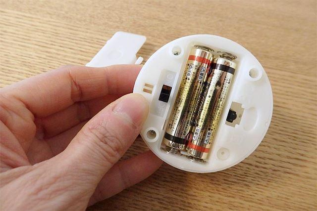 乾電池は裏側にセット。単4形乾電池2本が必要です