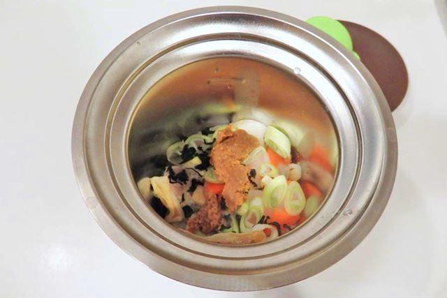 みそ汁の具、だしパック、おみそをセット。生のままだと硬い食材はあらかじめレンジなどで加熱しておきます