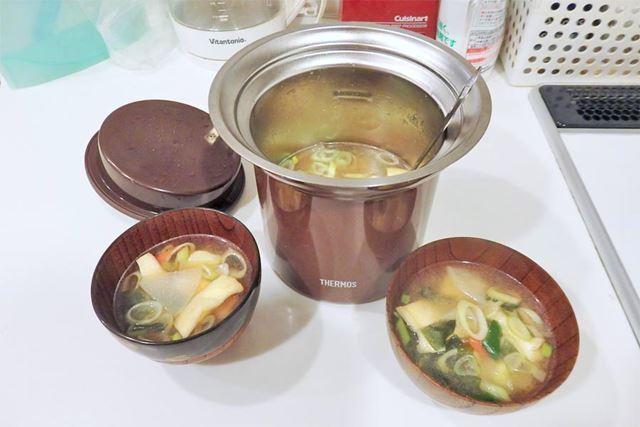 おみそ汁が完成! 縦長の筒状なので、同じ容量のお鍋に比べると、キッチンでも場所を取らないのも◎