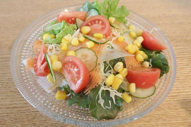 スライスした野菜を活用したサラダ。模様が付くだけで、見た目も華やかになって食欲をそそります