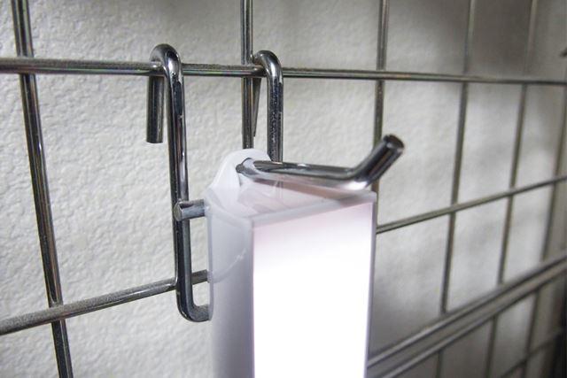 フックが付いているので、壁掛け照明としても使えます