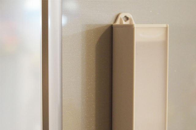 冷蔵庫や車のボンネットなど、スチール製のものであれば磁石で貼り付けられます