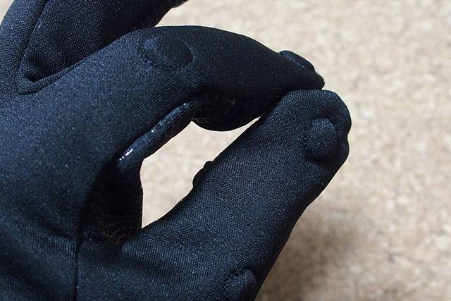親指と人さし指の甲の部分には、磁石が内蔵されています