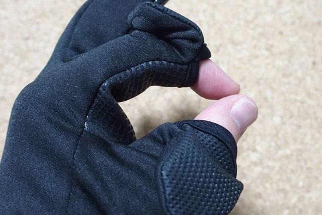 指先を開いて使う場合は、磁石同士を付けて置くと、指先が固定され、安定して使えます