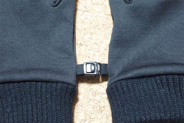 左右のグローブをつなぐクリップがついているので、装着していないときはどちらかをなくさないですみます