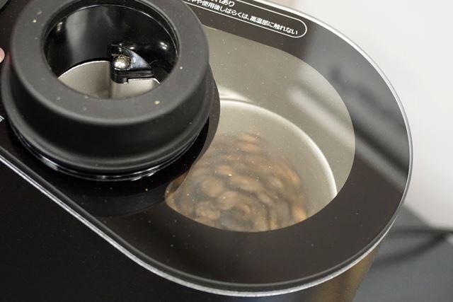 焙煎が進むにつれ、白かった生豆がどんどん茶色に! 約10分で焙煎は完了しました