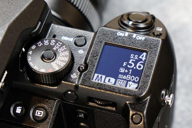 サブ液晶モニターは白黒表示の1.28型