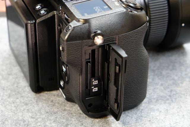 右側面にデュアルSDカードスロットを採用。UHS-IIの使用に対応している
