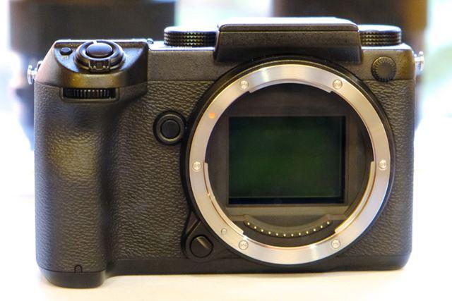 35mmフルサイズの約1.7倍の大きさとなる43.8×32.9mmサイズの大型撮像素子を採用