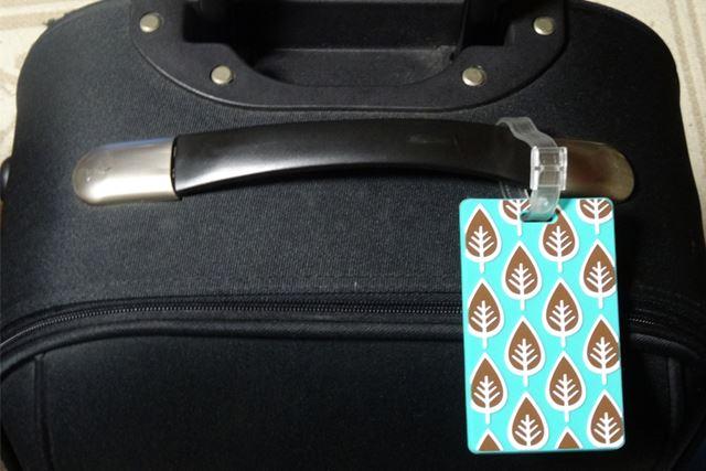 同じようなものが多そうな黒のスーツケースも、タグがあれば目印に