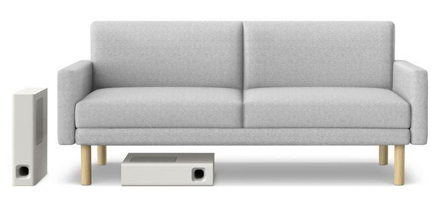 ソファの下に設置できるスリムデザインを実現したサブウーハー。もちろん、一般的な縦置きも可能だ