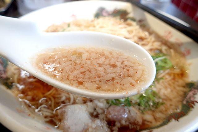 スープは、醤油味の鶏ガラベース。その上に、背油がチャッチャと乗っています