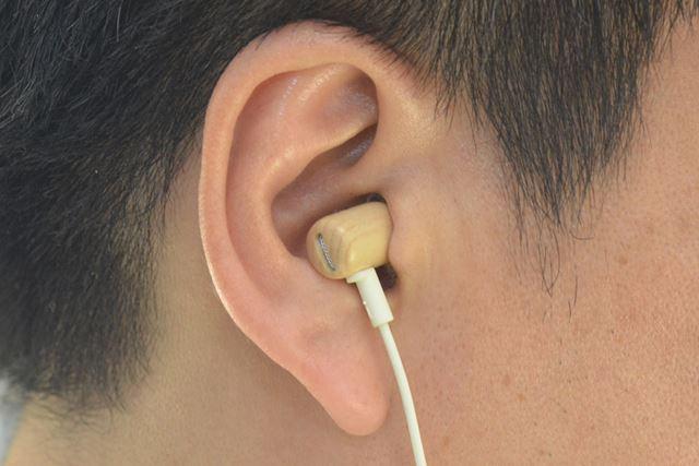 小型・軽量で、耳への収まりも良好だ