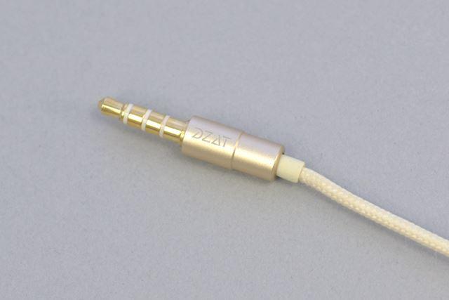 3.5mm4極プラグはストレート形状。布巻きのケーブルは手触りが気持ちいい