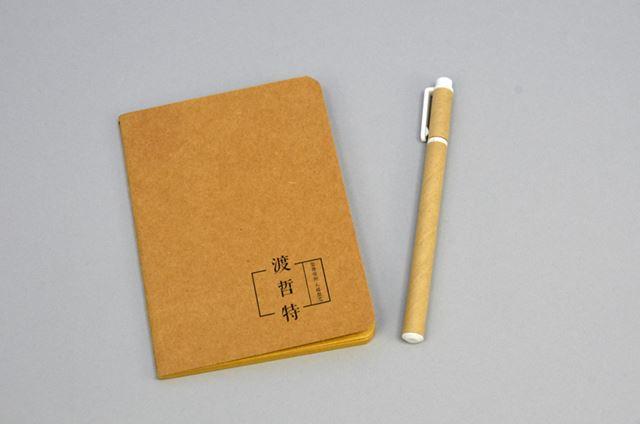 クラフト素材を使ったノートとペンが付いてくる。ちなみに、ノートの表紙に書かれている「渡哲特」は、DZATの中国語表記である