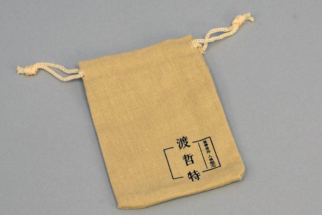 麻布をイメージした素材を使用するイヤホンポーチも付属する