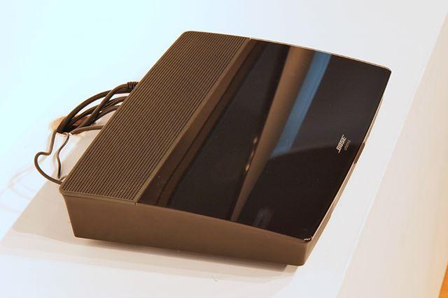 コンソールユニット。天板にガラスをあしらい、リビングに置いても違和感のないデザインとなっている
